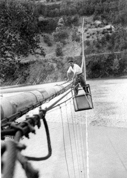 """Γέφυρα του """"Πουρνιά"""" στο αυλάκι Λέυκας-Τραπεζακίου (1960). Δεξιά ο Χαρίλαος Μουλιανίτης (εργολάβος)."""