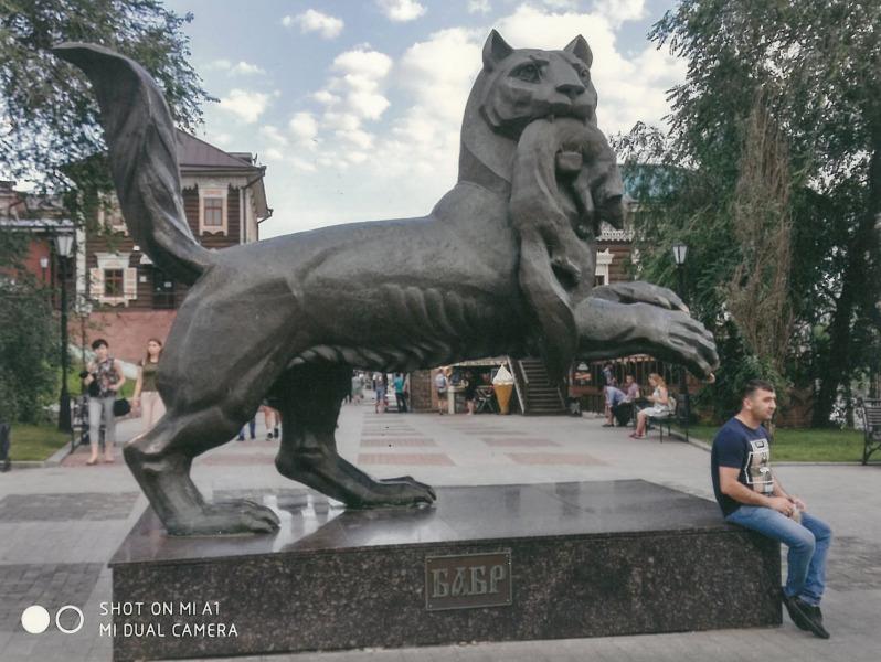 ΙΡΚΟΥΤΣΚ. Τίγρις που κατασπαράσει σκιουράκι. Σύμβολο της ρωσικής δύναμης που εκμεταλλεύτηκε τα ζώα για το εμπόριο γούνας.