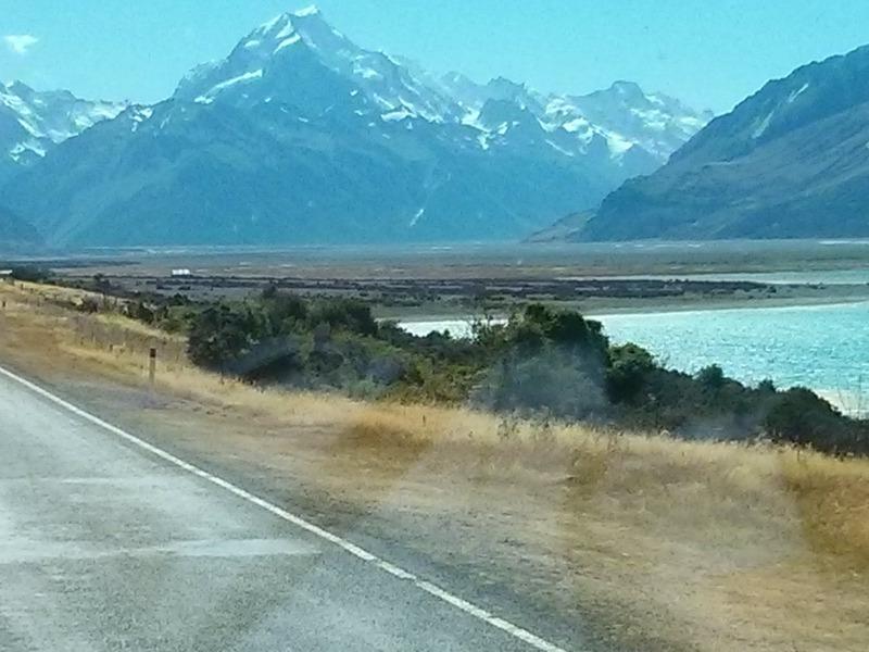 Τα βουνά Κουκ (3724 μ.) με λίμνη στους πρόποδες
