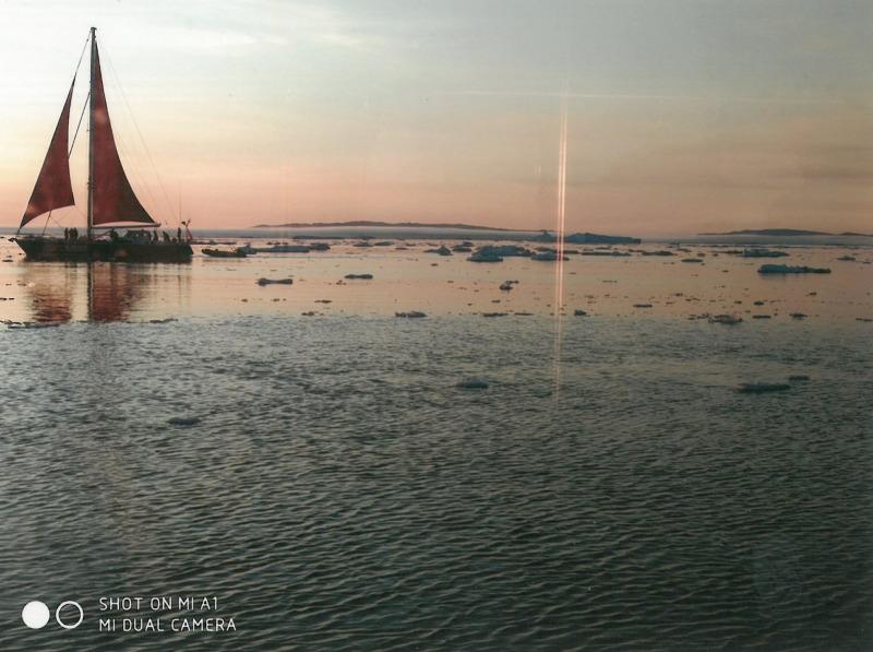 Γροιλανδία. Μικρό ιστιοφόρο στον ήλιο του μεσονυκτίου